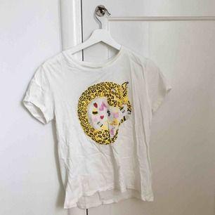 Superfin t-shirt köpt på MONKI som säljs då den inte kommer till användning. Använd ett fåtal gånger. Köparen står för frakten!