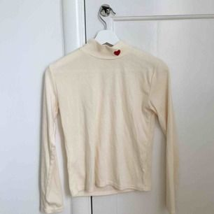 Supergullig tröja från SoAestheticShop.com. Det står ingen storlek men jag skulle säga S, men att den även passar mindre storlekar. Köparen står för frakt.