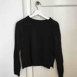Svart stickad tröja. Perfekt till en svalare sommarkväll eller till hösten. Knappt använd. Köparen står för frakten.