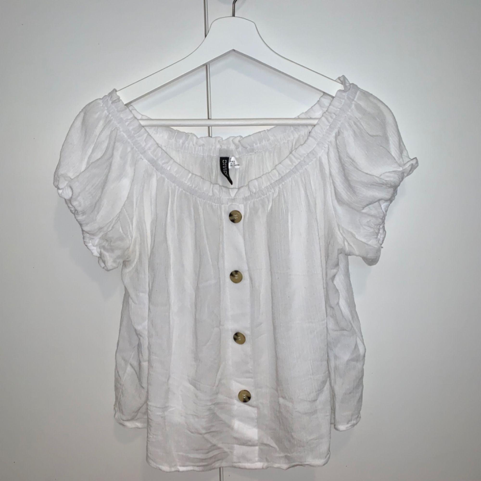 Off-shoulder blus från H&M, använd en gång. Köparen står för frakt! ☀️. Blusar.