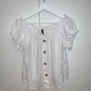 Off-shoulder blus från H&M, använd en gång. Köparen står för frakt! ☀️