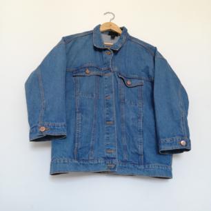 Oversize jeansjacka från Monki i stl XS. Lite 70-tals blå jeansfärg. Frakt 63 kr.