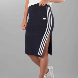 Mörkblå kjol från Adidas. Aldrig använd, prislappen kvar! Nypris 799kr.
