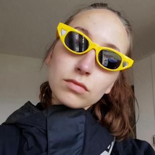 Gula solglasögon med svart glas och silvriga/spegelhjärtan på sidorna. Ganska liten modell. Endast testade hemma. Frakt 18 kr.