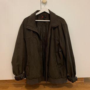 Mörkgrå jacka med bruna toner från Dressmann, knappt använd. Köparen står för frakt! 🎈