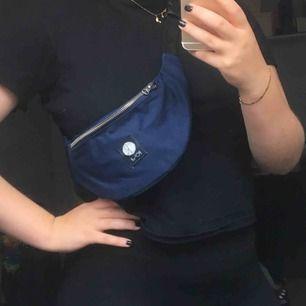 Polar Fanny pack i mörkblå färg med silver detaljer.