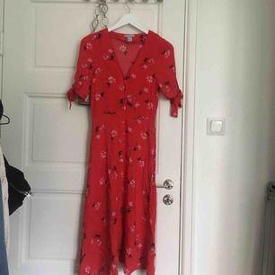 Röd klänning h&m, använd en gång förra midsommar 2018. Köparen står för frakten.