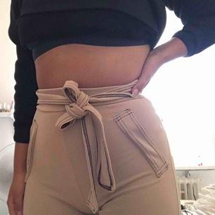 Sköna byxor i storlek XS. Snörningen kan man knyta hur man vill. Ej använda, endast provade några gånger hemma 💓