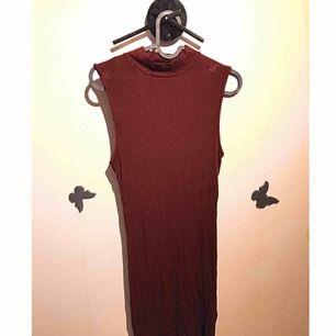 Klänning från Ginatricot. Se andra bilden för bättre färg på klänningen! Köparen står för frakt eller så kan jag mötas i Uppsala 💕