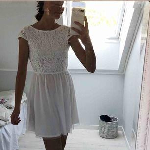 Säljer världens finaste klänning. Endast använd 1 gång och sälj för den inte kommer till användning. Passar perfekt till både en XS och S. Hör av dig om du har frågor!