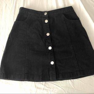 En söt jeanskjol med knappar, två fickor på framsidan, två sömmar på baken. Köpt förra våren så fint skick!