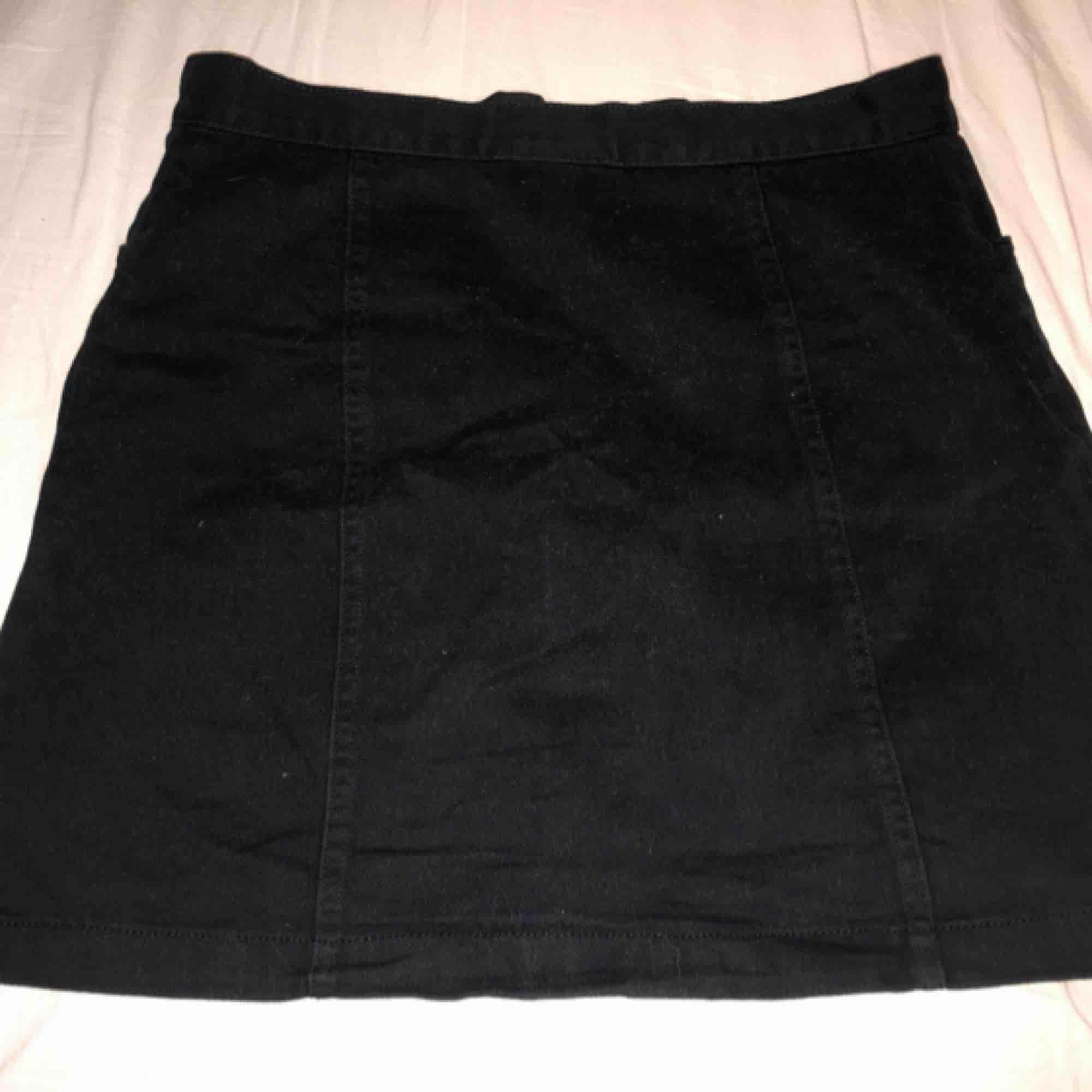 En söt jeanskjol med knappar, två fickor på framsidan, två sömmar på baken. Köpt förra våren så fint skick!. Kjolar.