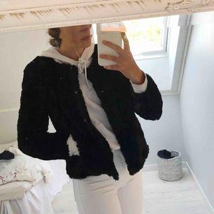 Jag säljer en mysiga pälsjacka från Vero Moda. Ser ut som ny. Hör av er för fler frågor!