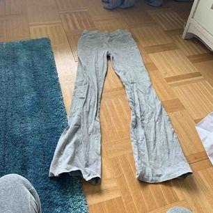 Sköna ljusgråa byxor som är Bootcut! Dem är inte använda många gånger och därav säljer jag nu dom i fint skick!