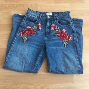 Asballa mom jeans med broderi från Asos.  Helt oanvända pga inte riktigt min stil så i toppskick!