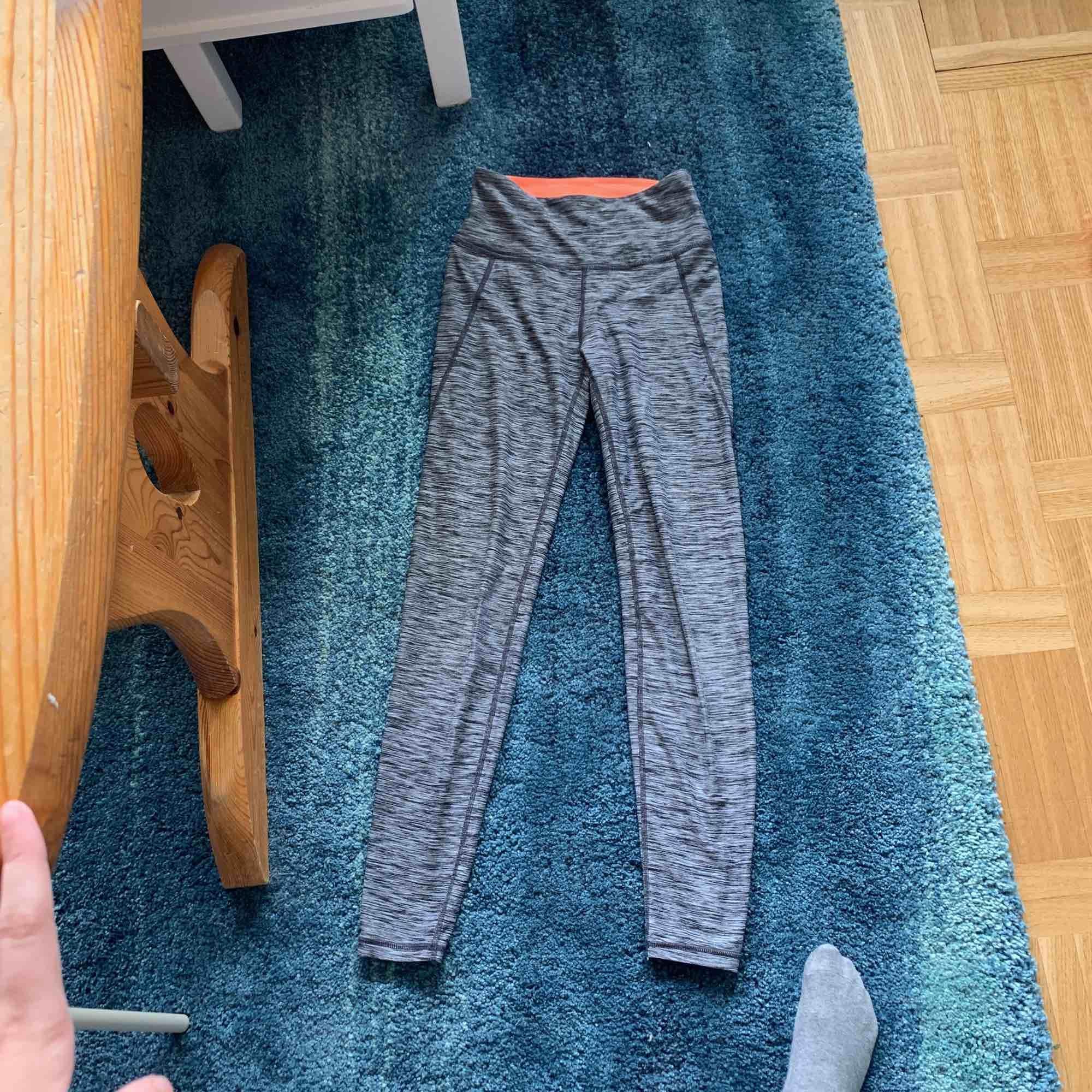 Gråa tränings tights från hm, ganska använda och köpta för 250kr . Jeans & Byxor.