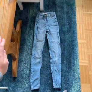 Fina ljusblåa högmidjade jeans från ginatricot med namn Molly