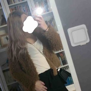 En fluffig brun jacka från ginatricot