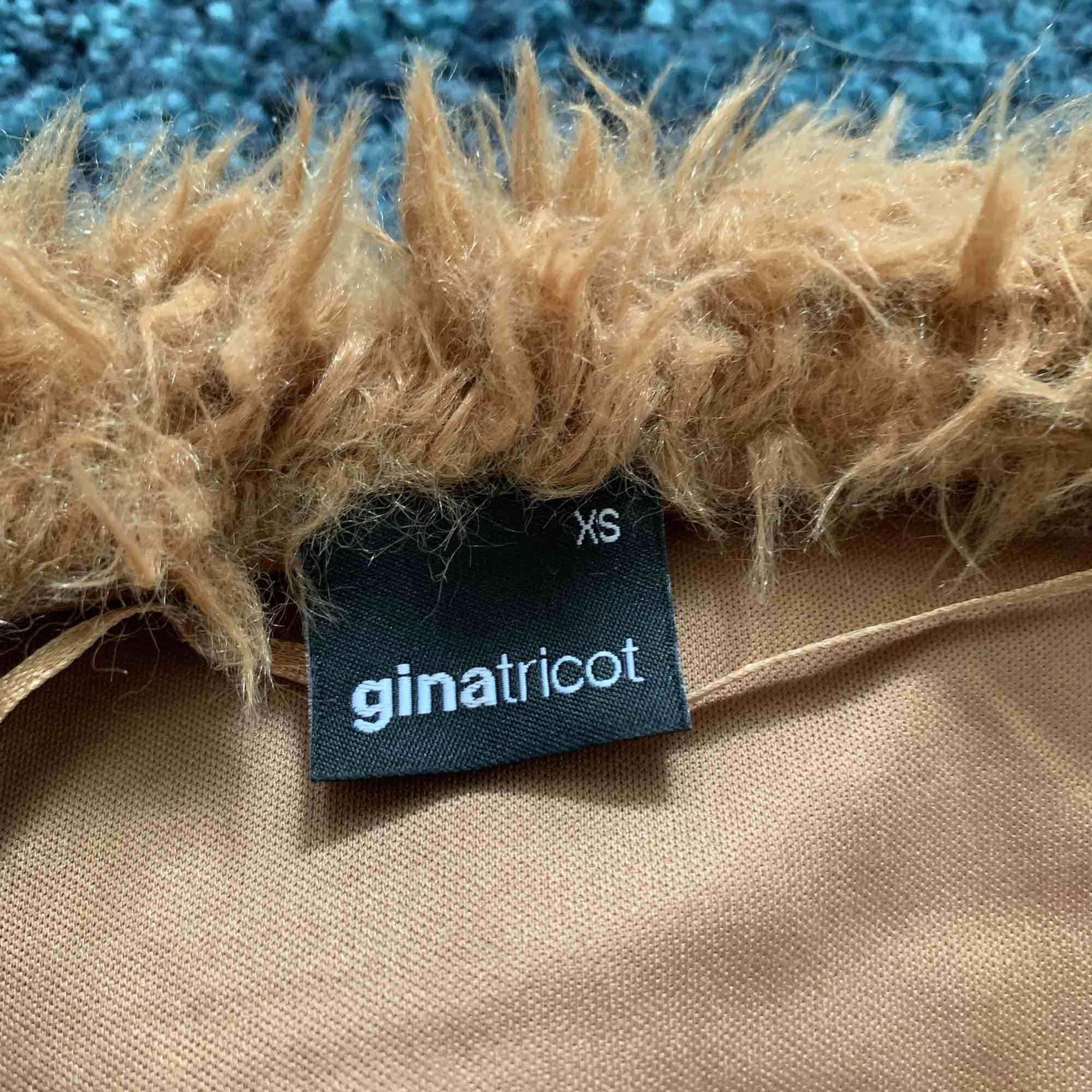 En fluffig brun jacka från ginatricot . Jackor.
