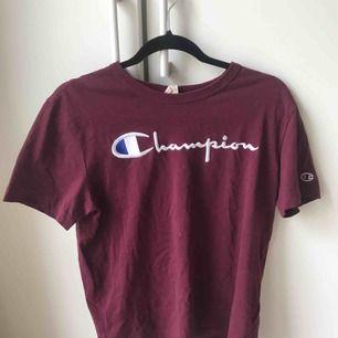 Champion T-shirt, vinröd. Köpt för ca 470kr. Storlek M men på mig som är storlek S sitter den snyggt och är lite oversized. Superfin💕