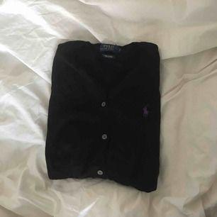 Ralph Lauren kofta, svart med lila märke. Bra skick. 💖 säljs pga ej används