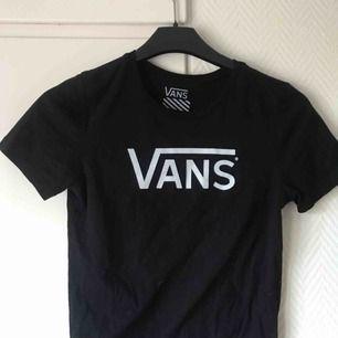 Säljer en super snygg Vans t-shirt med vitt tryck, storlek S, bra skick. (frakten är inte inkluderad i priset)