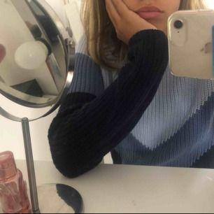 Super fin stickad tröja i blåa nyanser från NA-KD 🤩 använd 1 gång så den är i nyskick  Köpare står för frakt 💞