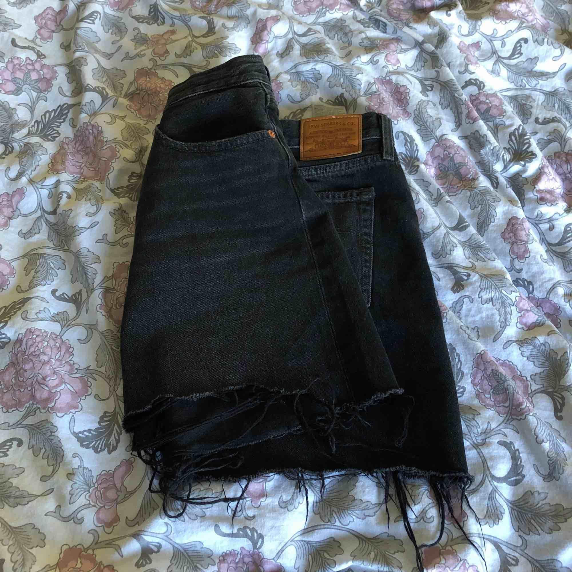 Säljer en skitfin kjol från LEVI'S i strl 28/M💘💫✨ köpt på jeansbolaget för någon månad sedan, men den har bara blivit kvar i garderoben pga använder aldrig jeanskjolar... HÖR AV ER FÖR MER INFO💕. Kjolar.