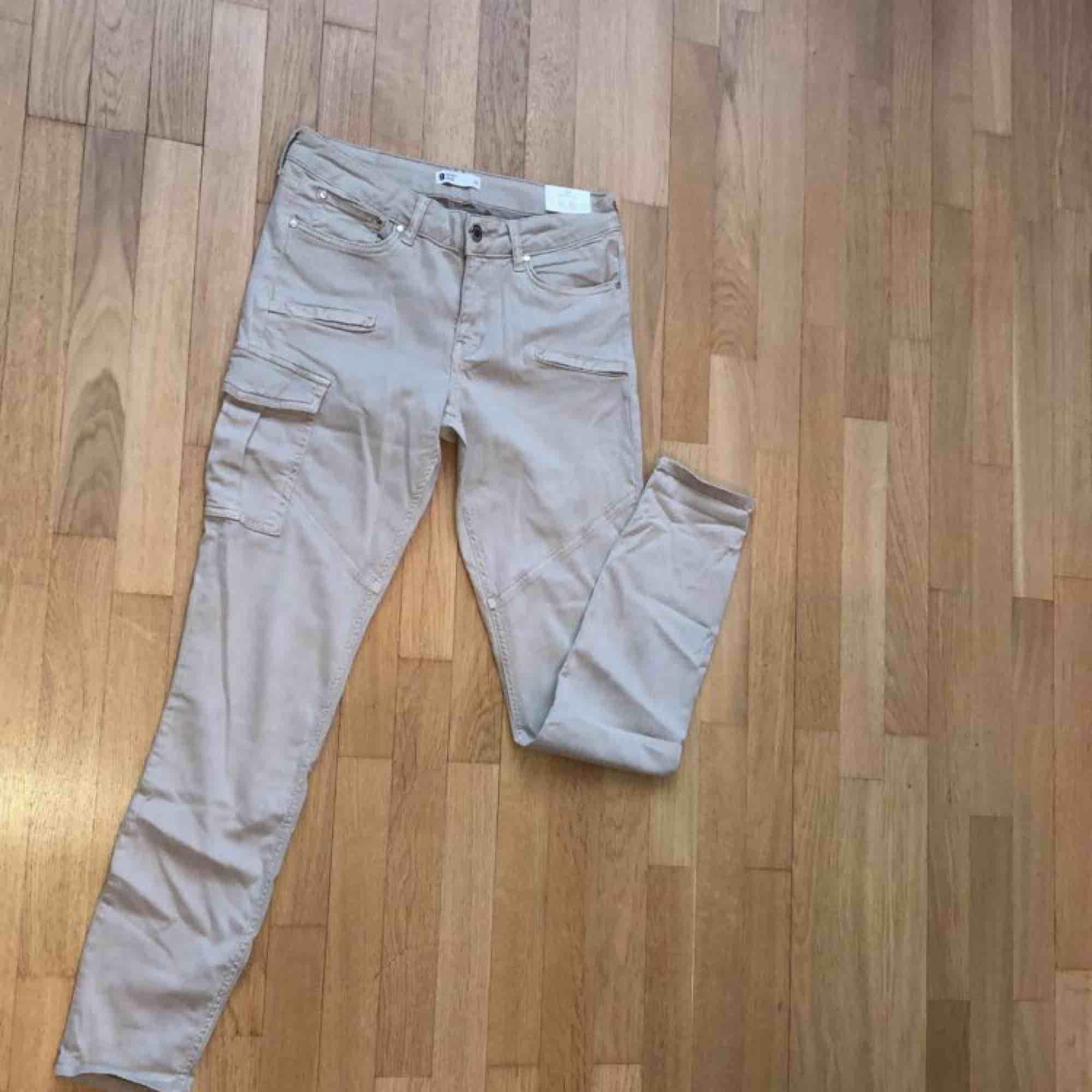 Säljer oanvända Angelina Slim byxor från Gina i storlek 38. . Jeans & Byxor.