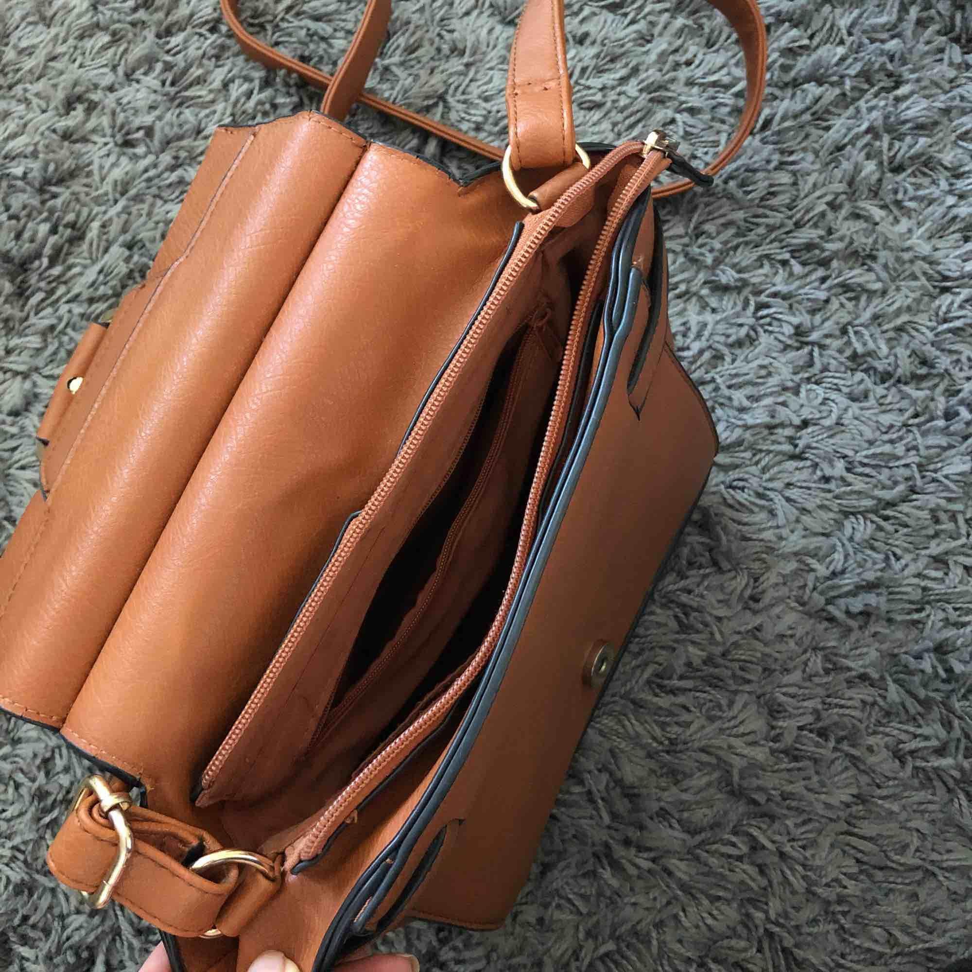 En jättefin brun använd väska, i ett bra skick. . Accessoarer.