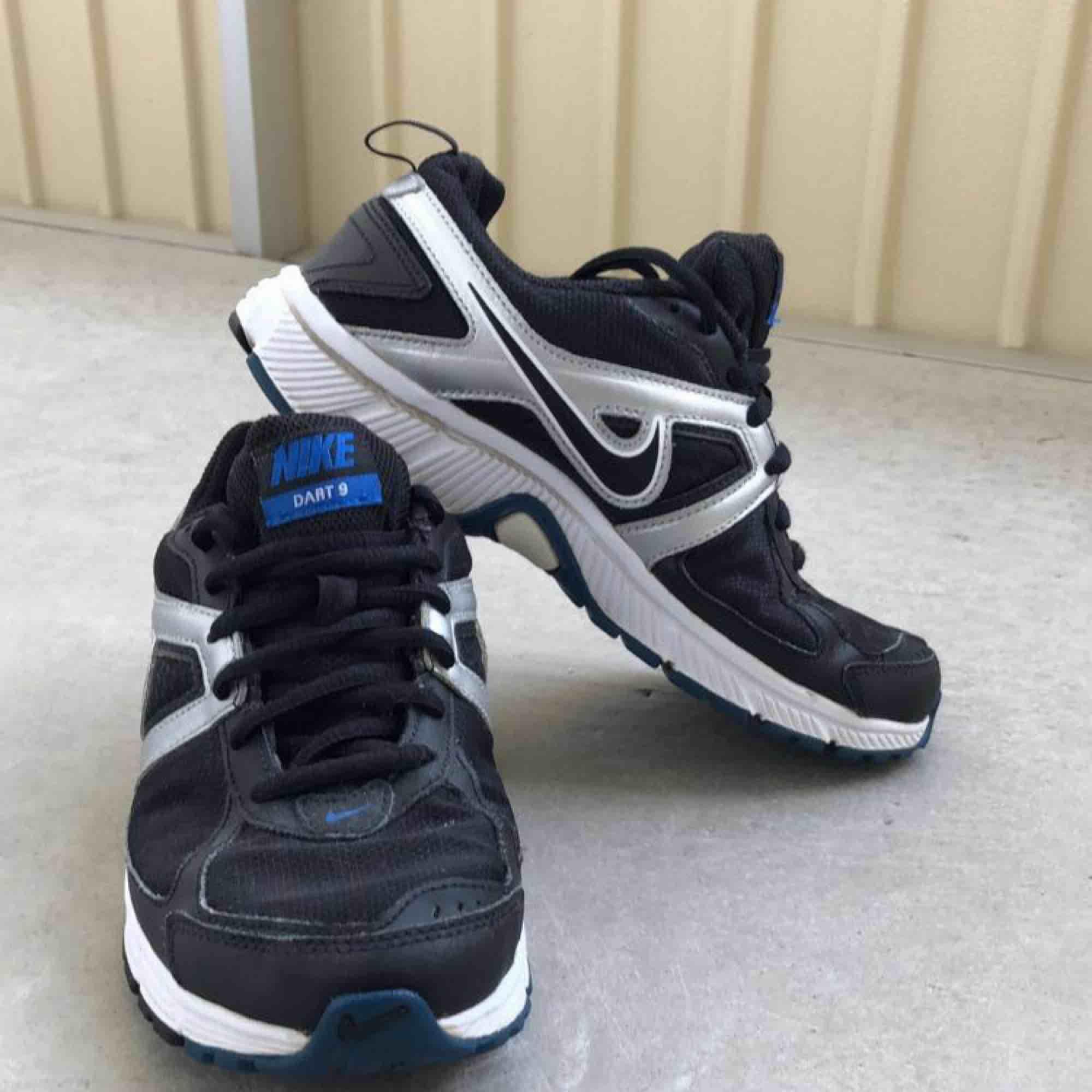 Äkta Nike Dart 9 skor som är använd i storlek 37,5. . Skor.