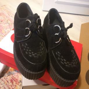 Riktigt snygga creapers från truffle collection, svarta matta suede, endast använda 1 gång, rena och fina. Platformen är ca 5-6 cm och de är i sjukt bra kvalite. Sälja pga har för många skor