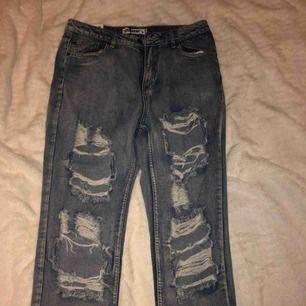 Aldrig använda nya jeans från boohoo säljer pågrund av för tighta  Storlek 42 men passar som M/40 Köpare står för frakten pris kan diskuteras