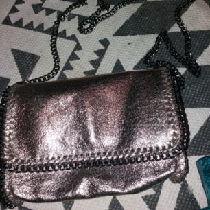 Liten guldväska från Gina Tricot. Aldrig använd. 75 kr.