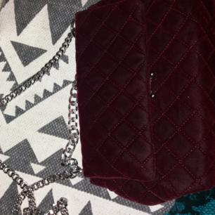 Rymlig och lyxig handväska från Gina Tricot. Använd men i fint skick. 100 kr. Kan fraktas.