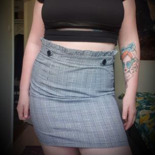 VÄRLDENS snyggaste kjol som passar till allt ⭐ Tyvärr för liten för mig, kan inte dra upp kedjan vid rumpan 😔 Aldrig använd 🌞