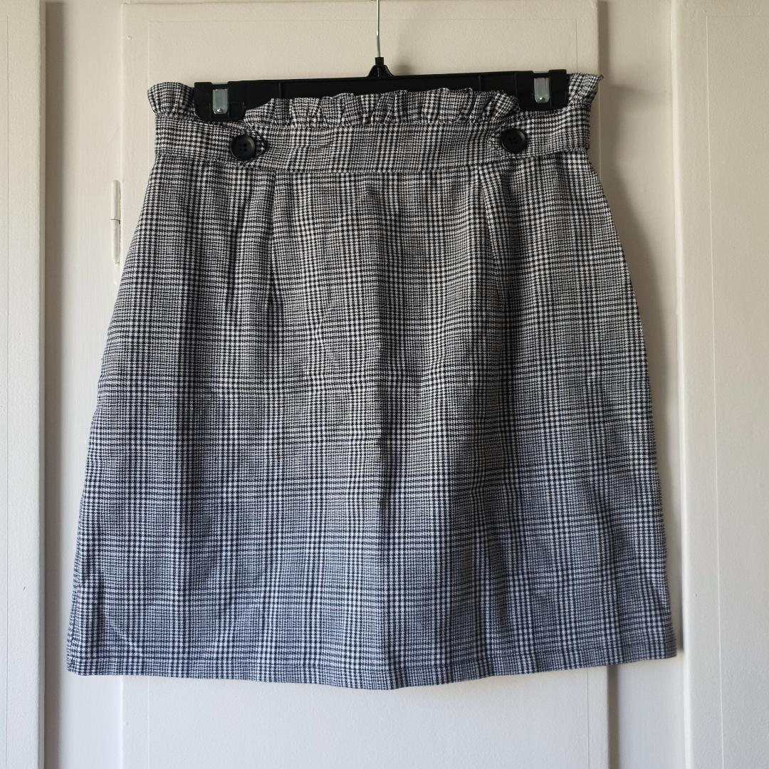 VÄRLDENS snyggaste kjol som passar till allt ⭐ Tyvärr för liten för mig, kan inte dra upp kedjan vid rumpan 😔 Aldrig använd 🌞. Kjolar.