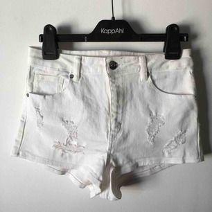 Helt nya! Vita höga shorts med slitningar Aldrig använda  Vid intresse och frågor är de bara att skriva  Frakten betalas av köparen om vi inte har kommit överens om ett paketpris❤️