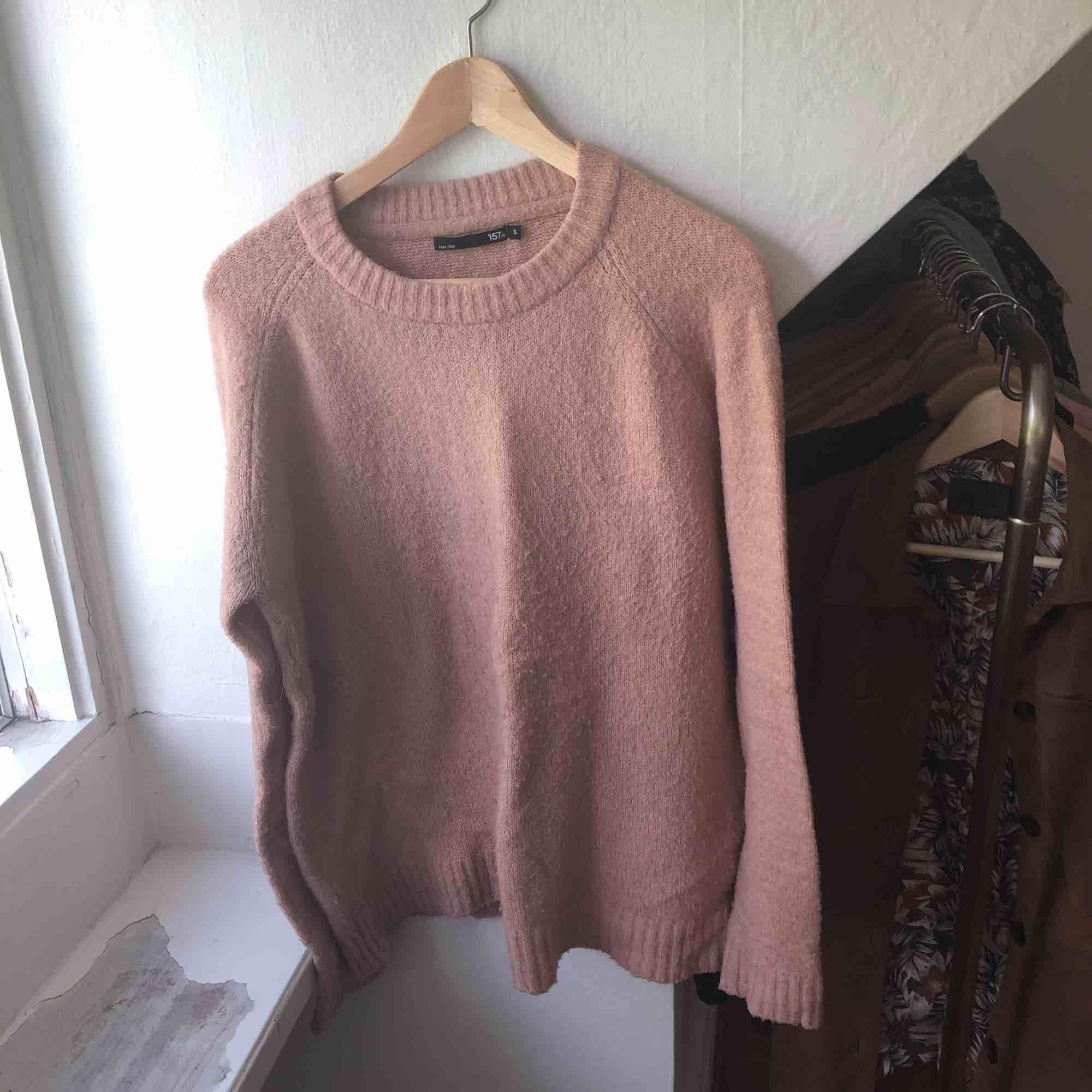 Stickad rosa tröja i bra skick!💓. Stickat.