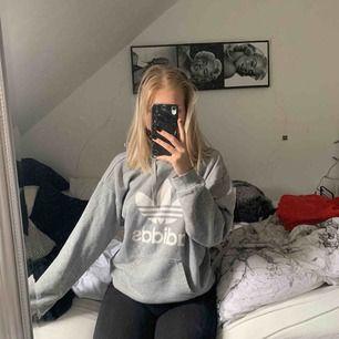 Adidas hoodie i storlek XS, men sitter väldigt oversized på mig som har s. Sjukt fin och mysig! Fint skick. Köparen står för frakt!⛄️⛄️