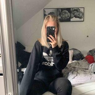 Sjukt snygg adidas hoodie i storlek s/m. Har klippt bort lappen så vet inte exakt storlek. Köpare betalar frakt!