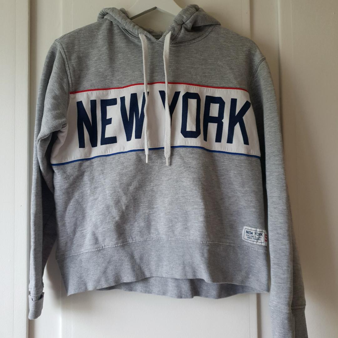 Snygg hoodie, avklippta lappar men minns den som en strlk S 🌼🌸. Huvtröjor & Träningströjor.