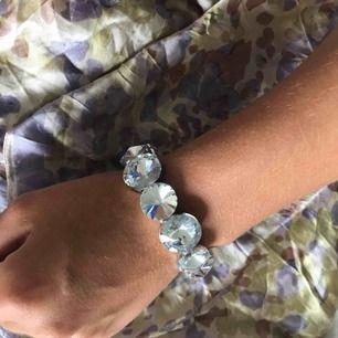 Armband ej äkta, osäker på vart jag köpte det. Fint skick. Köparen står för frakt. Swish