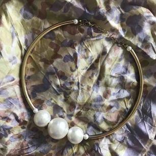 Så fint halsband med pärlor. Ej äkta. Tror jag köpt det på glitter men är osäker. Bra skick. Köparen står för frakt. Swish