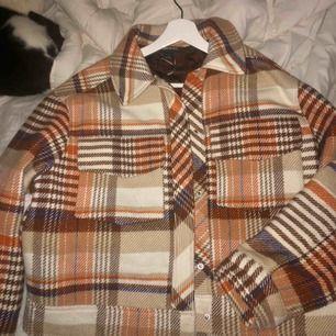 Säljer denna eftertraktade jacka i storlek S. Kan även passa Medium:)  Från monki! Använd fåtal gånger