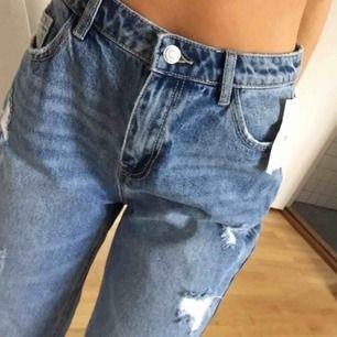 Momjeans från H&M köpta för ca 600 kr, väldigt bra skick!! Pärlor och slitningar längst ner, mid waist, sitter assnyggt, men kommer inte till användning. Frakt tillkommer💞 Storlek 28, ingen stretch så passar S!