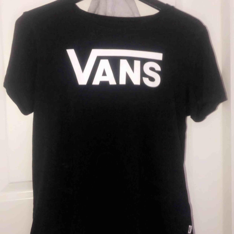 T-shirt från Vans, storlek M men passar även S. Inte mycket använd därav som ny.   Köparen står för frakten! . T-shirts.
