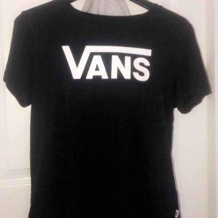 T-shirt från Vans, storlek M men passar även S. Inte mycket använd därav som ny.   Köparen står för frakten!