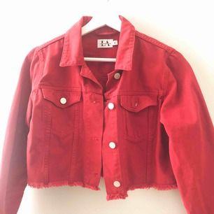 Snygg röd croppad jeansjacka från Linn Ahlborg x nakd. Köparen står för frakt.