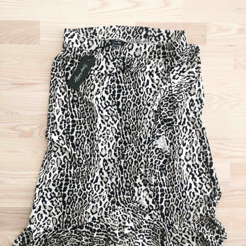 Jättesnygg leopardkjol i storlek 40/42. Aldrig använd och prislappen sitter kvar. Från Bubbelroom, märket är Happy Holly. Köparen står för frakten. . Kjolar.